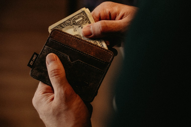 財布からお金を出して支払う人