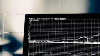 パソコンに映るチャート