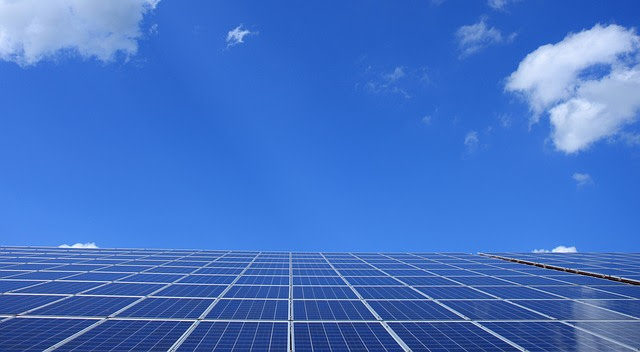 太陽光発電パネルと青い空