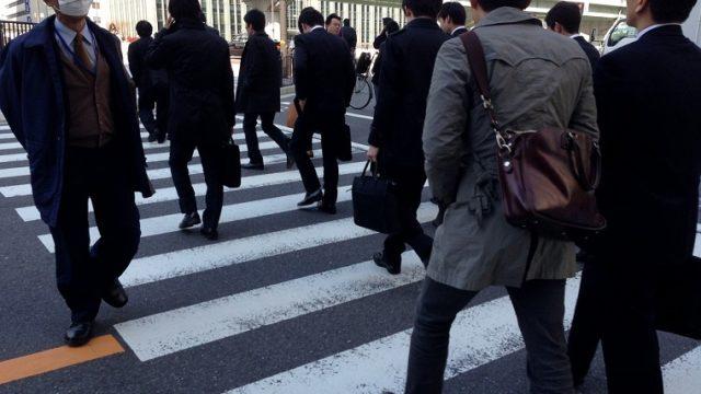 通勤する東京のサラリーマン